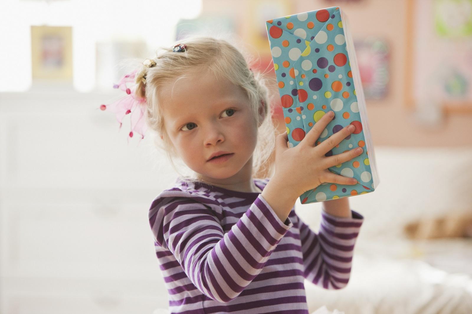 dziewczynka z prezentem