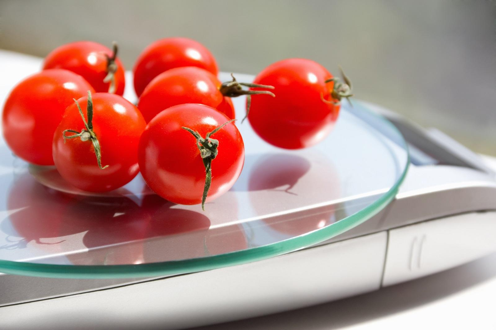 pomidory na wadze kuchennej